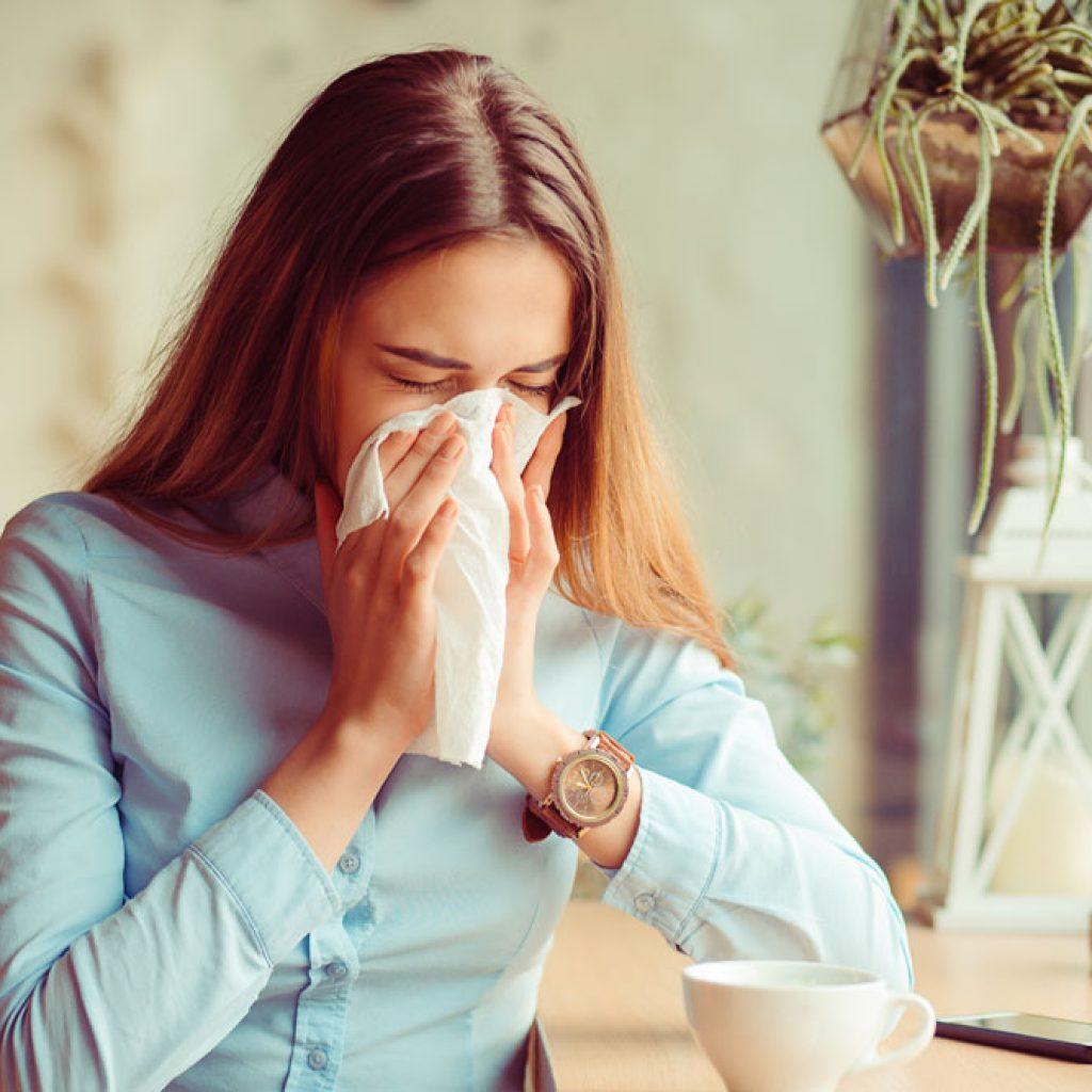 kvinna med allergi - överkänslighet mot dammkvalster