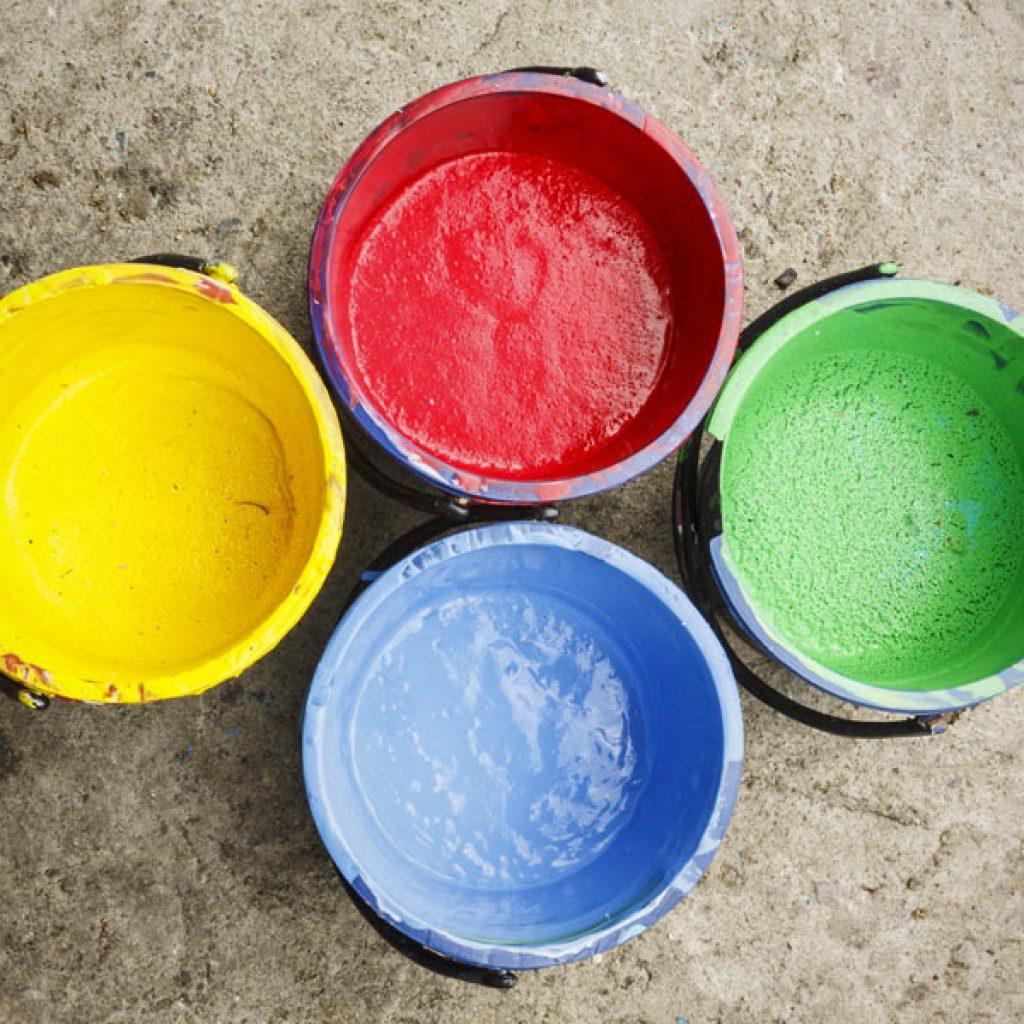 Återvinning av gamla färgburkar